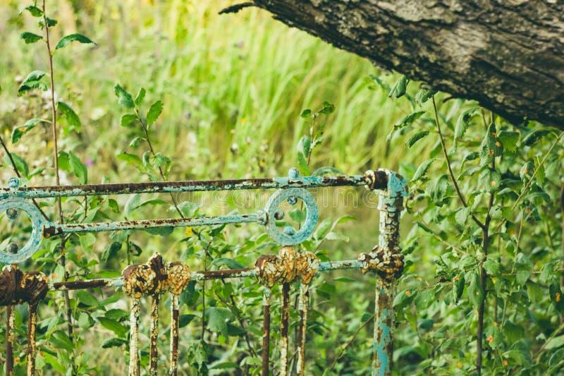 Construção bonita velha do ferro no jardim do verão fotos de stock