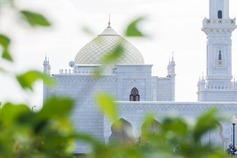 A construção branca da mesquita e de uma torre alta imagem de stock royalty free