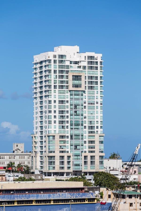 Construção branca do condomínio em Porto Rico no céu azul foto de stock