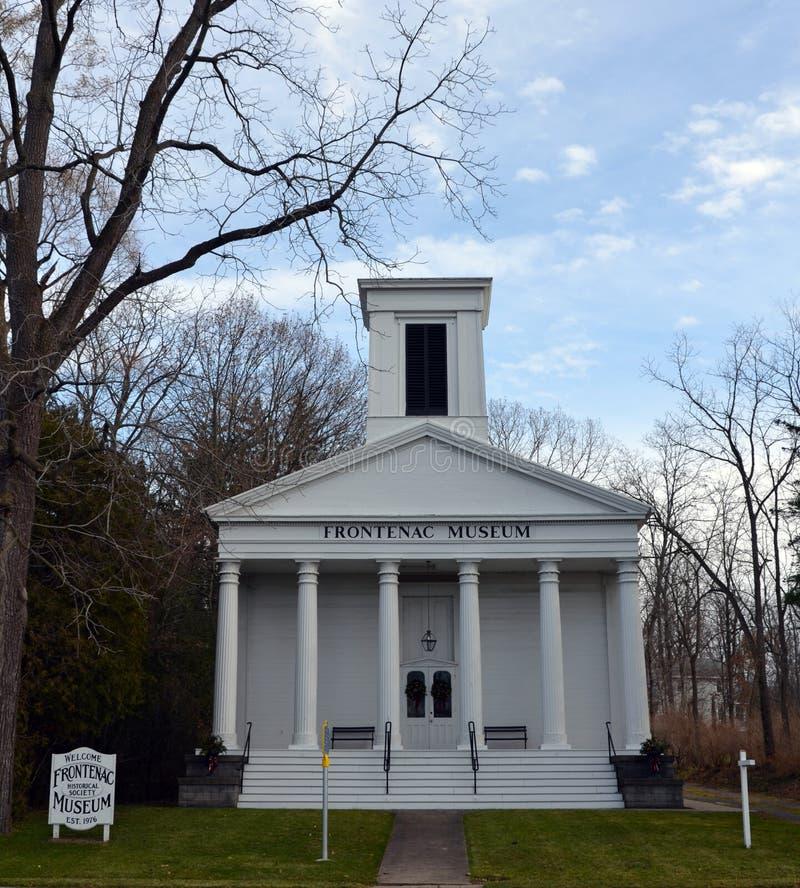 A construção branca histórica do museu de Frontenac na união salta NY imagens de stock royalty free