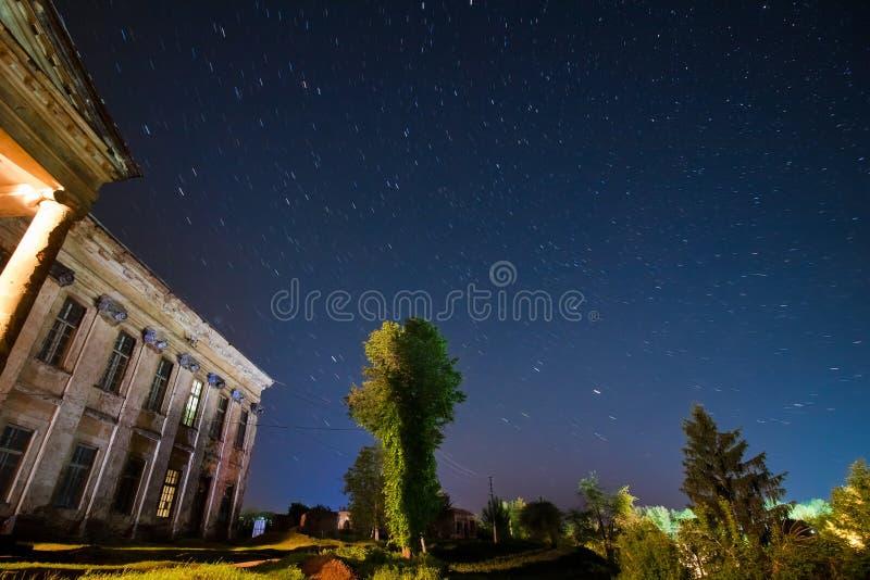Construção central do palácio de Potocki da contagem, Tulchyn, região de Vinnytsia, Ucrânia, em uma noite morna da mola contra a  imagem de stock royalty free