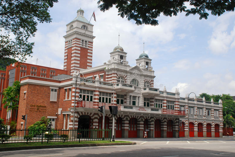 Construção central do quartel dos bombeiros com as paredes de tijolo vermelho em Singapura fotografia de stock