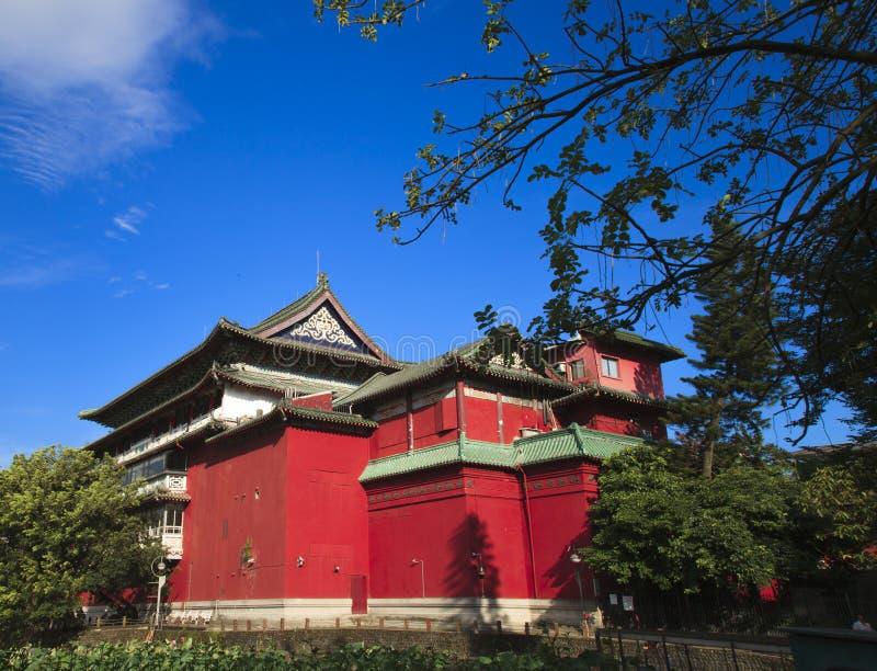 A construção chinesa do curture com o housetop vermelho da parede e do triângulo imagem de stock
