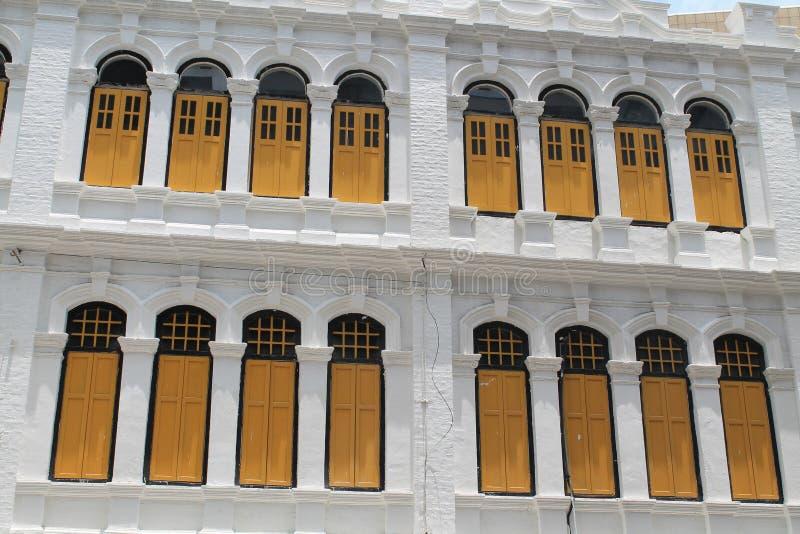 Construção clássica das janelas do estilo colonial foto de stock