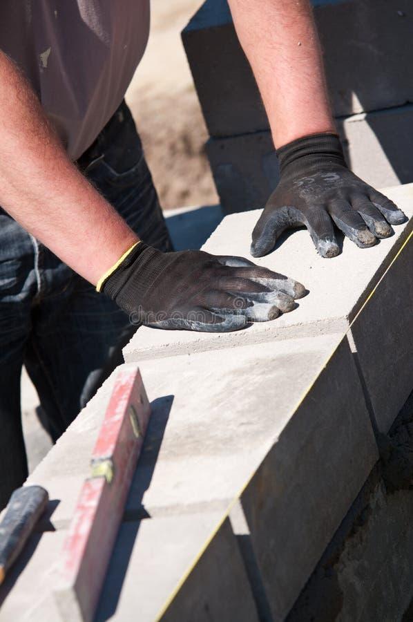 Construção colocando a parede foto de stock