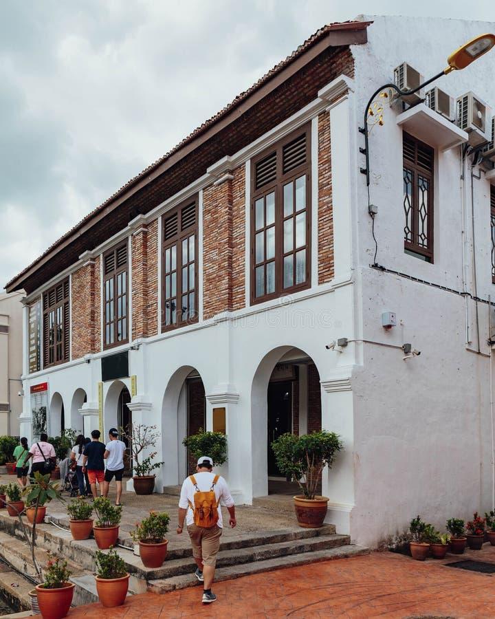 Construção colonial velha branca do estilo com grafittis pintados perto do rio na cidade de Melaka, Melaka, Malásia fotografia de stock