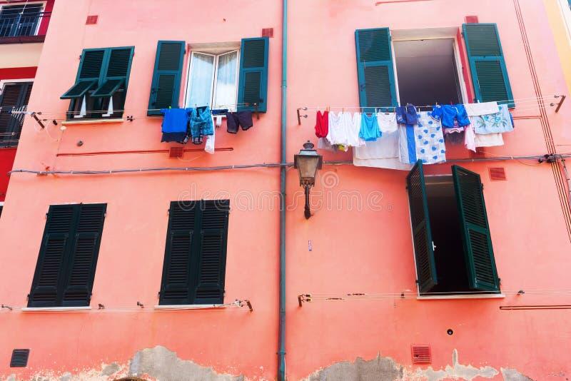 Construção colorida com a lavanderia em Vernazza, Itália imagem de stock