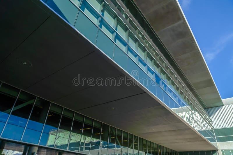 Construção com as janelas reflexivas contra o céu azul fotos de stock royalty free