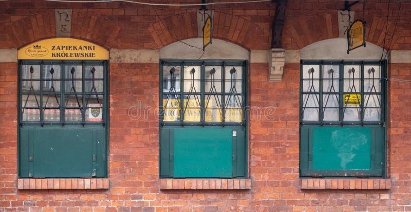 Construção com as portas pintadas verdes no quadrado novo de Plac Nowy em Kazimierz, o quarto judaico histórico de Krakow, Polôni imagens de stock