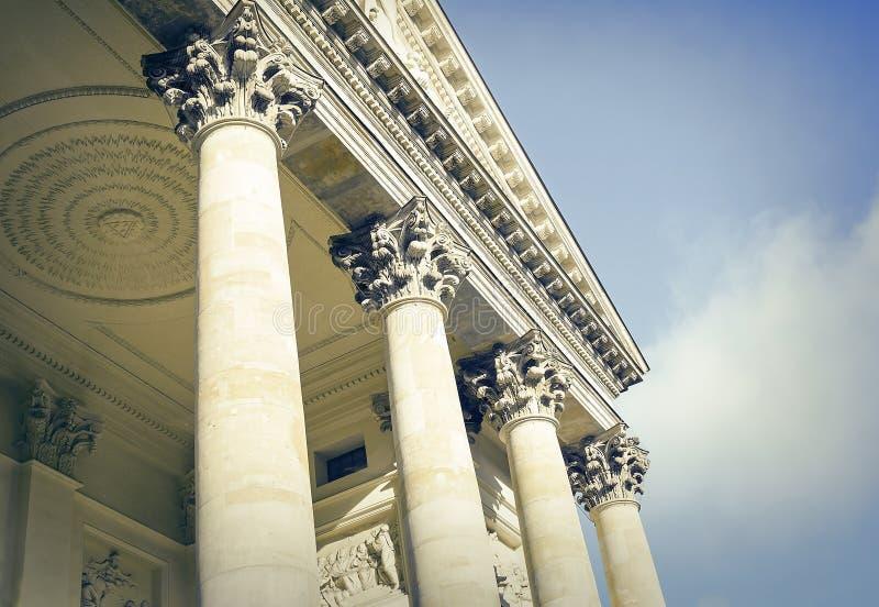 Construção com colunas antigas foto de stock
