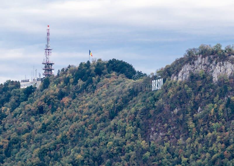 A construção com grandes letras Brasov na montanha acima da cidade de Brasov em Romênia fotos de stock royalty free