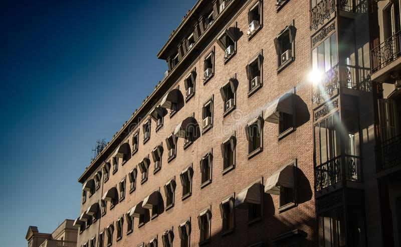 Construção com janelas e reflexão do sol foto de stock royalty free