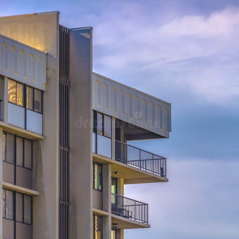 Construção com os balcões contra o céu azul nebuloso imagens de stock royalty free