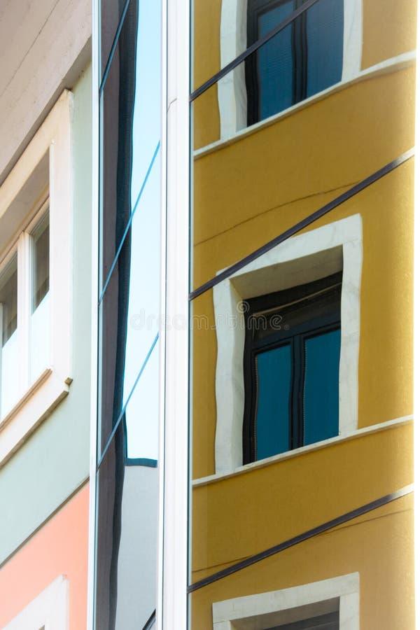 Construção com parede espelhada e reflexões fotos de stock
