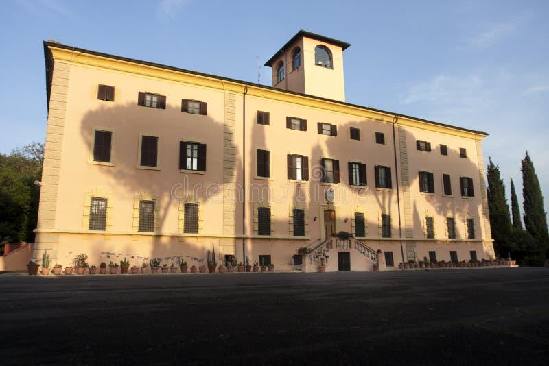 Construção com sombra das árvores acima da fachada (Roma, Itália) imagem de stock royalty free