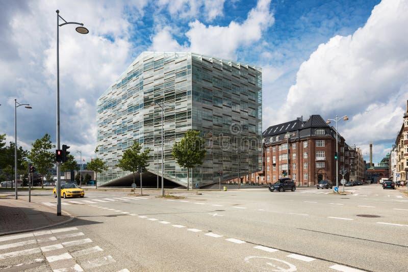 Construção comercial em Copenhaga Céu azul fotografia de stock royalty free