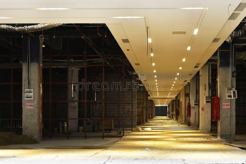 A construção comercial está sob a construção imagem de stock