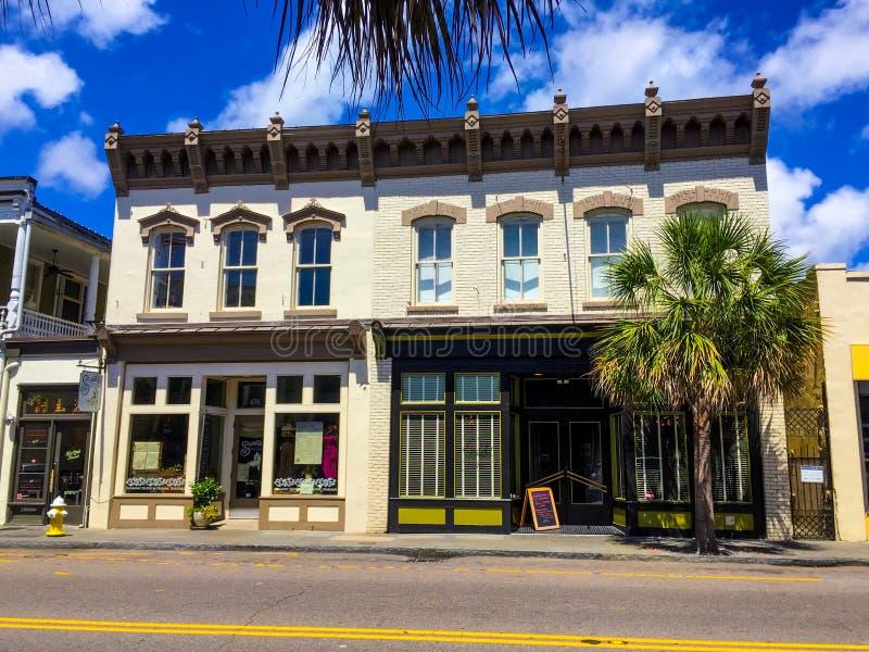 Construção comercial histórica em reis Rua em Charleston, South Carolina imagens de stock royalty free