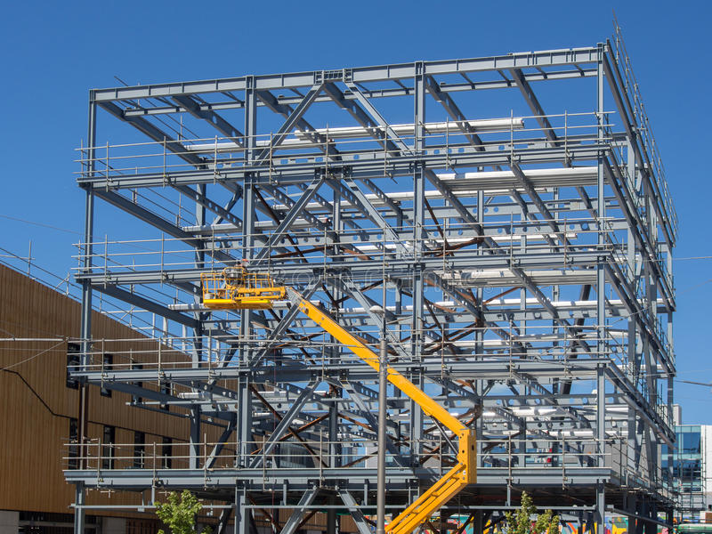 Construção comercial nova que vai acima fotos de stock