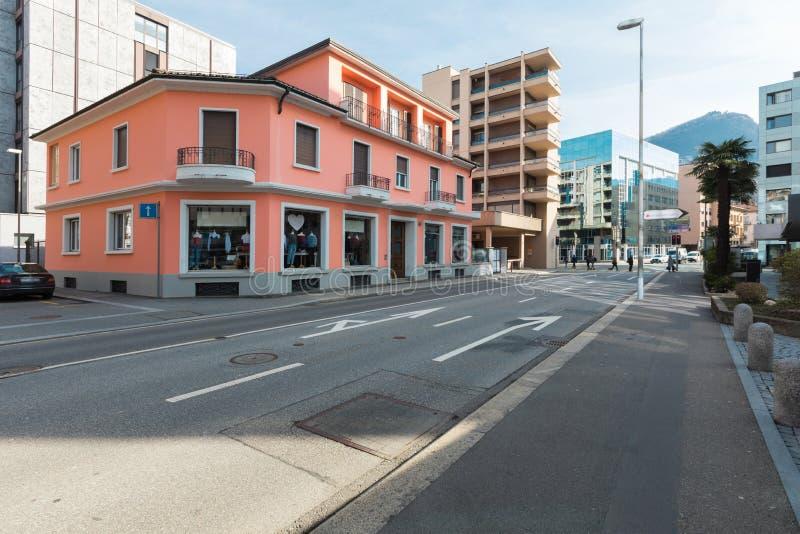 Construção comercial vermelha apenas renovada na cidade foto de stock royalty free
