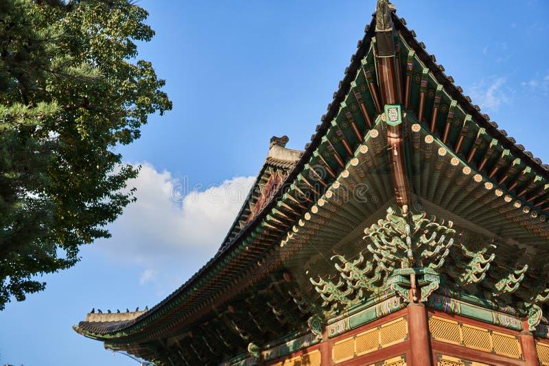 Construção coreana tradicional que indica testes padrões e decorações geométricos diversos no palácio de Deoksu em Coreia do Sul foto de stock