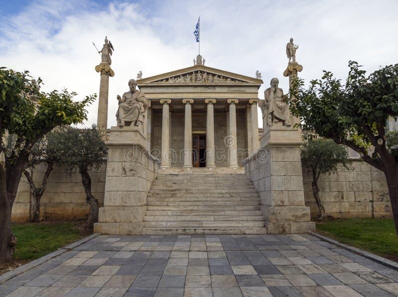 A construção da academia de Atenas uma coluna de mármore com esculturas de Apollo e de Athena, Socrates e Plato contra a com nuve foto de stock royalty free