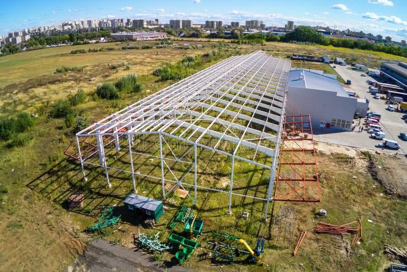 Construção da armação de aço da construção moderna do armazém de armazenamento no subúrbio grande da cidade Opinião aérea do zang foto de stock