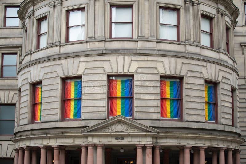 Construção da câmara municipal de Portland com bandeiras de LGBT fotografia de stock royalty free