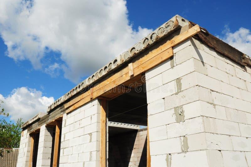 Construção da casa da construção Viga concreta de Windows com a barra de ferro na construção inacabado da casa do tijolo fotos de stock royalty free