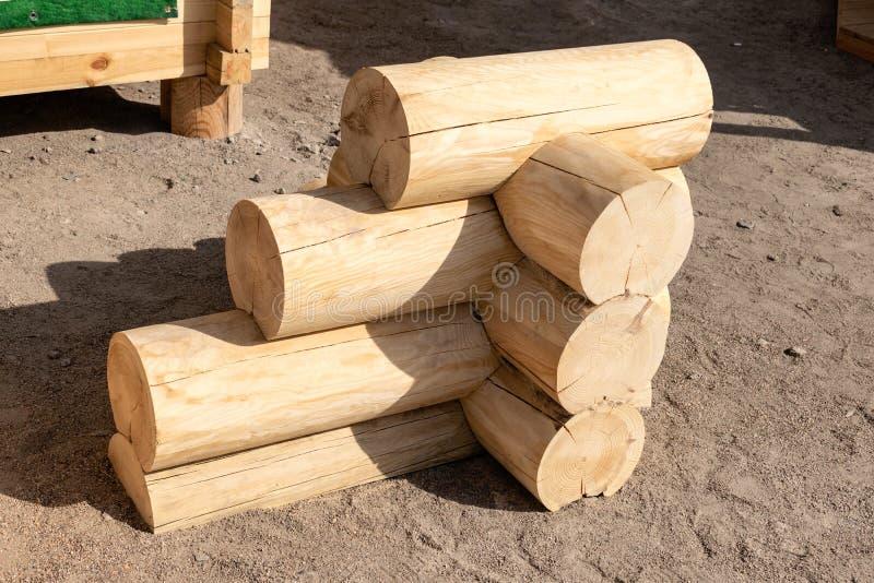 Construção da casa de madeira dos logs redondos Logs exemplo da blocausse, elemento na loja Conexão de canto da casa de log de ma foto de stock royalty free