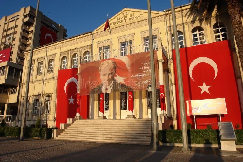 Construção da casa do governo na noite no por do sol em Izmir fotografia de stock