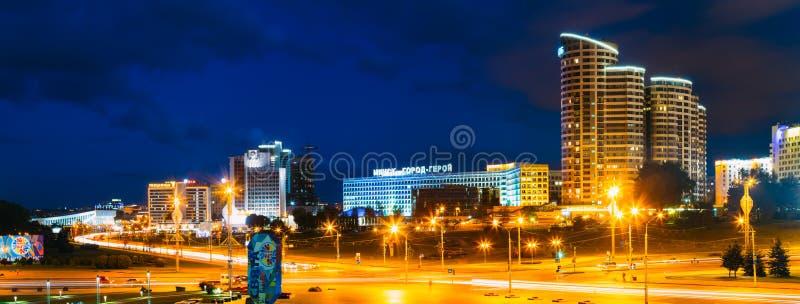 Construção da cena do panorama da noite em Minsk, Bielorrússia imagens de stock royalty free