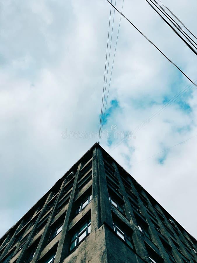 A construção da cidade e o céu azul acima dele fotografia de stock royalty free