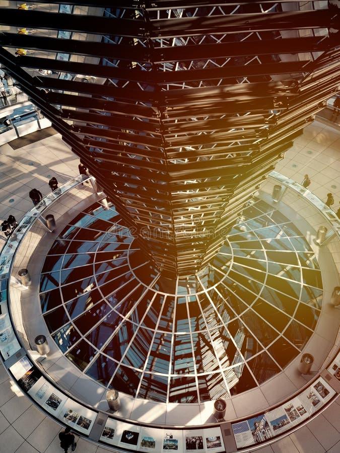 Construção da claraboia moderna do espelho em Reichstag, Berlim imagem de stock