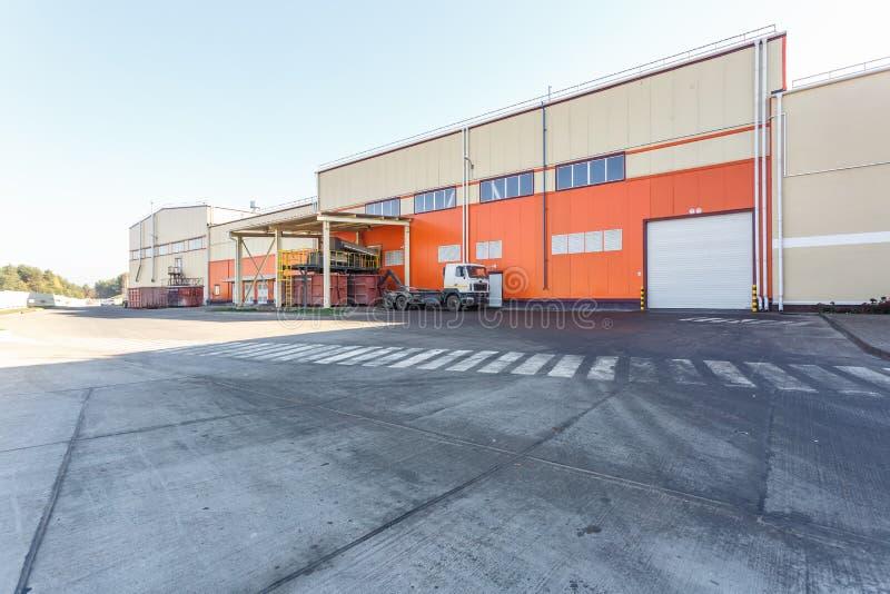 Construção da fabricação da fábrica de tratamento moderna da reciclagem de resíduos no estilo alaranjado Recolha de lixo separada foto de stock royalty free