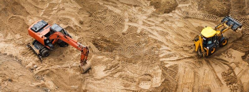 Construção da fundação concreta da construção nova Maquinaria de construção, máquinas escavadoras, vista superior, bandeira para  imagens de stock