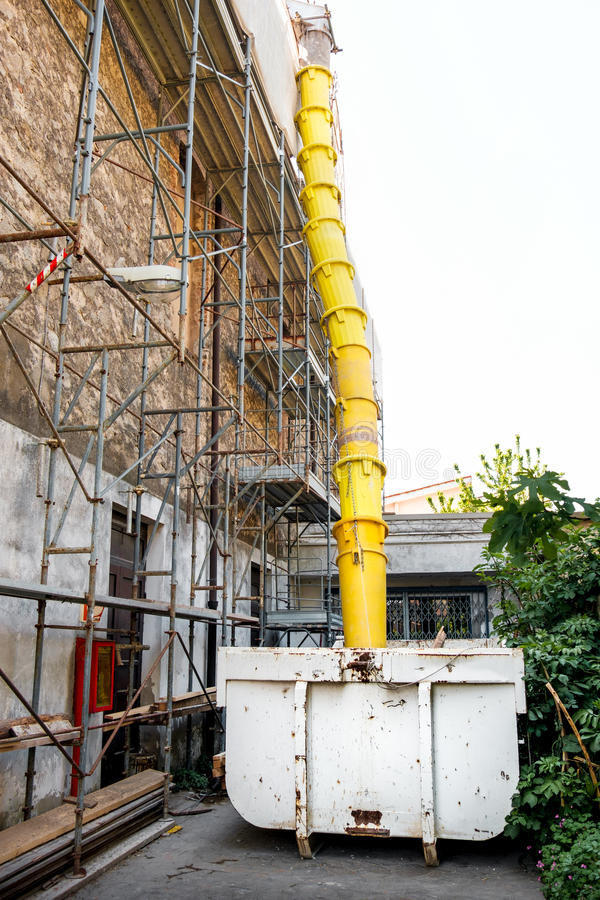 Construção da jarda do tubo dos restos da descarga do contentor de Industial imagens de stock