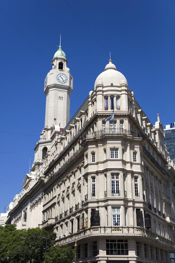 Construção da legislatura da cidade e torre de pulso de disparo no distrito de Monserrate fotografia de stock