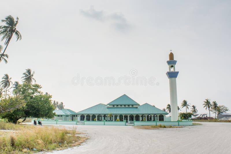 Construção da mesquita situada na vila na ilha tropical Maamigili imagens de stock