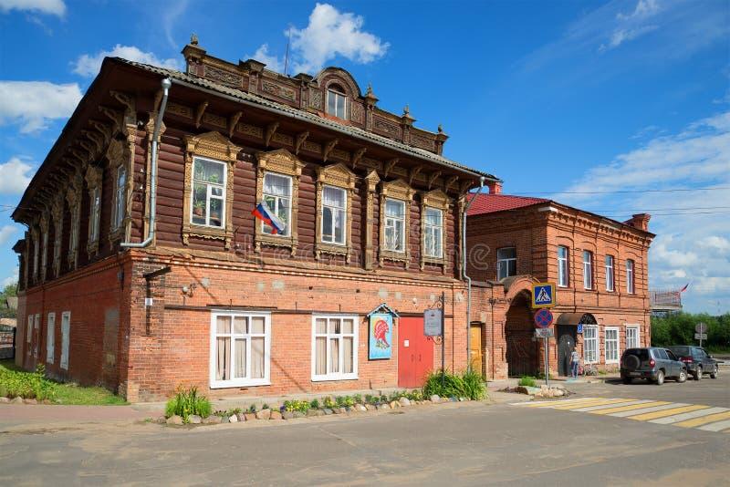 Construção da propriedade mercante antiga de Stolbov no dia de verão ensolarado Myshkin imagens de stock