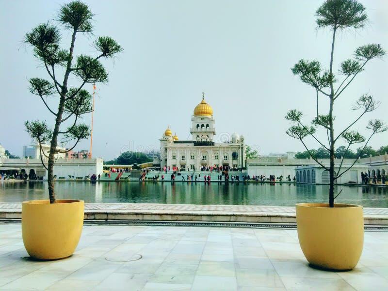 Construção da reflexão do gurudwara do sahib do bangla de Sri na lagoa santamente Nova Deli fotos de stock