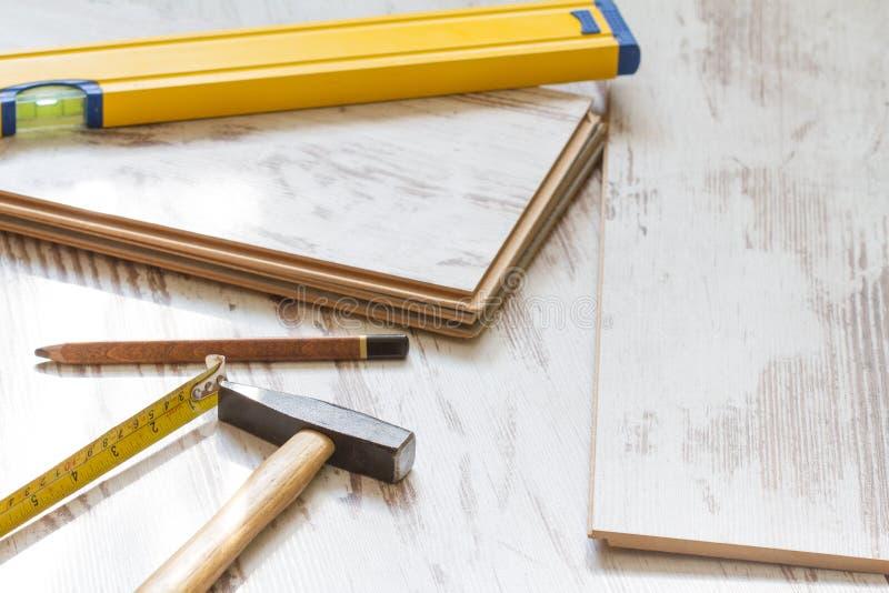 Construção da renovação da casa que coloca o fundo do assoalho com o revestimento em placas de madeira imagens de stock