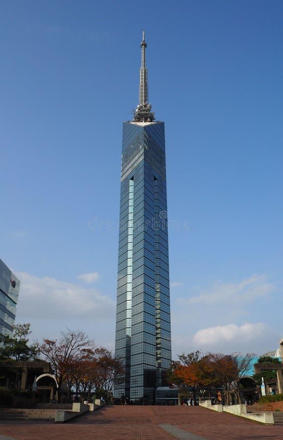 Construção da torre de Fukuoka imagem de stock royalty free