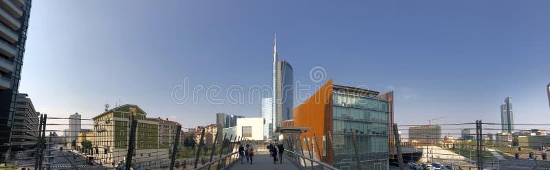 Construção da torre de Unicredit, do pavilhão de Unicredit e do Coima vista da ponte pedestre Milão Italia foto de stock royalty free