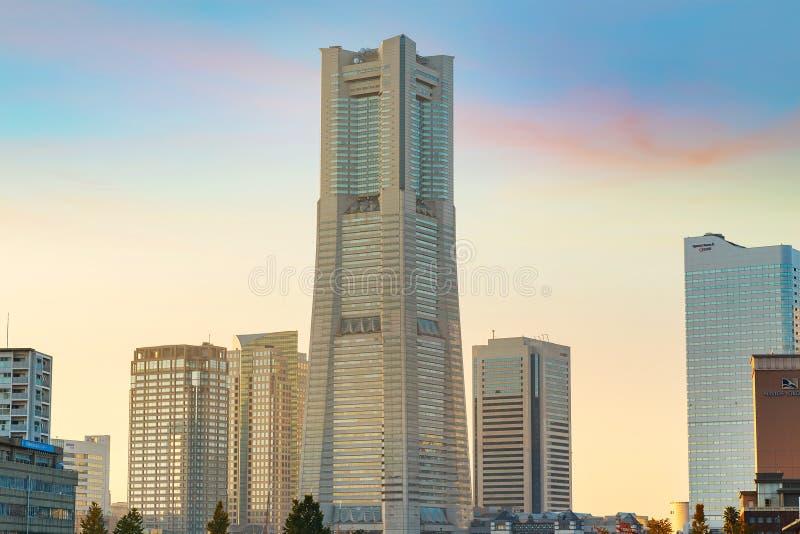 A construção da torre do marco no distrito de Minatomirai na área de porto de Yokohama fotografia de stock