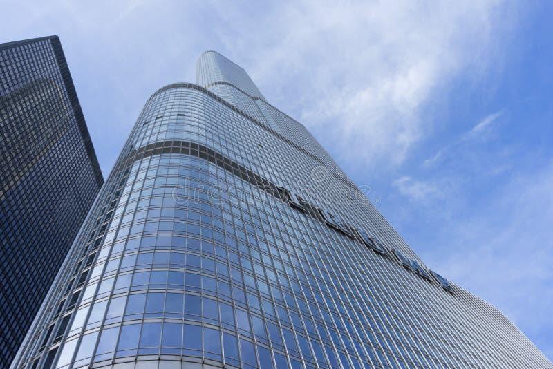 Construção da torre do trunfo em Chicago River imagens de stock