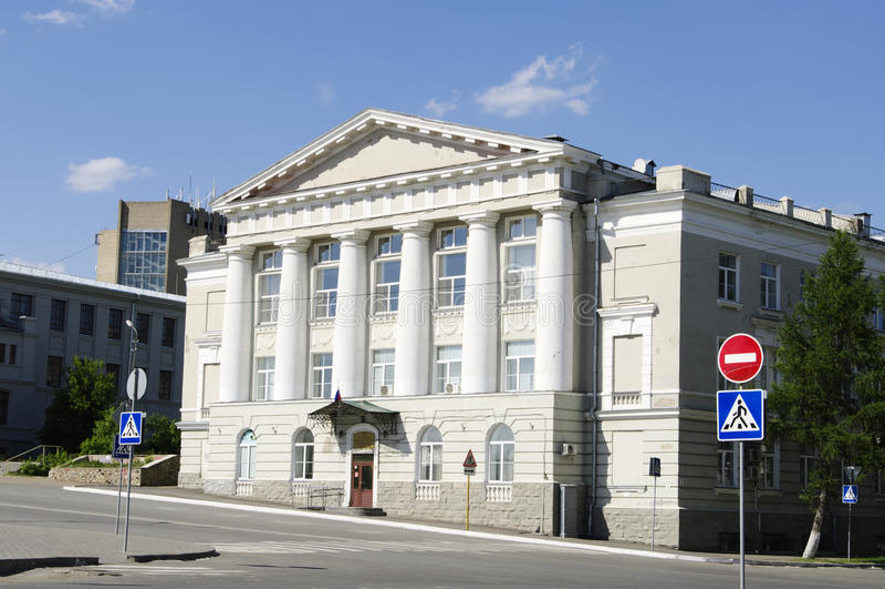 Construção da universidade financeira, Omsk, Rússia fotografia de stock royalty free