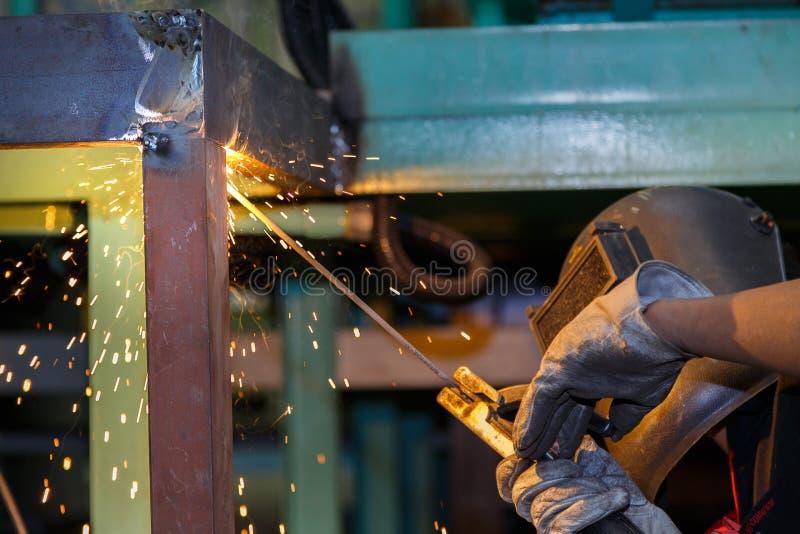 Construção de aço da soldadura do trabalhador pela soldadura elétrica fotos de stock royalty free