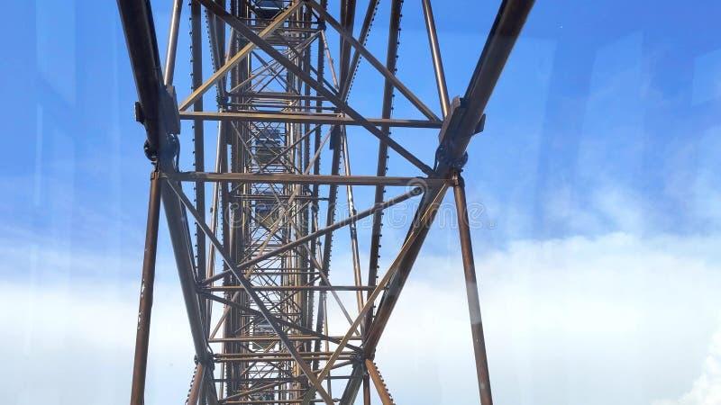 Construção de aço e o mecanismo da roda de Ferris contra o céu azul Vista da cabina do piloto Close-up imagens de stock