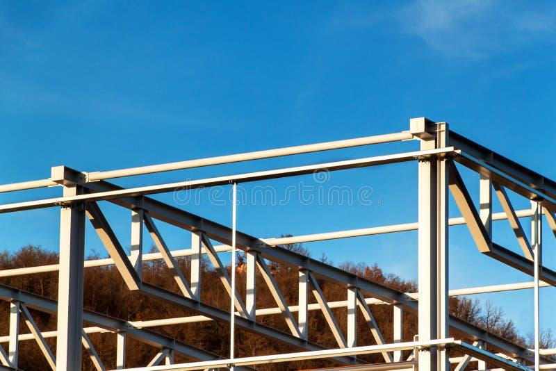 A construção de aço está sob a construção A instalação de salões do metal Trabalho na altura Um dia ensolarado em um canteiro de  imagem de stock